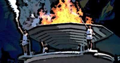 El pebetero acoge el fuego de la antorcha olímpica