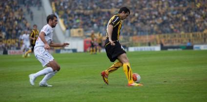 Jugador protegiendo el balón con el cuerpo