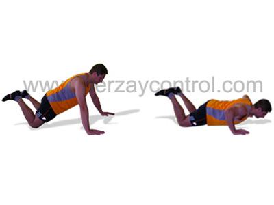 Ejercicio de flexión de brazos con las rodillas apoyadas