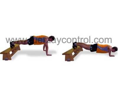 Ejercicio de flexión de brazos con los pies sobre un banco