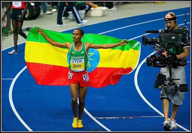 Kenenisa Bekele vencedor del doblete en 5.000 y 10.000 m.l.